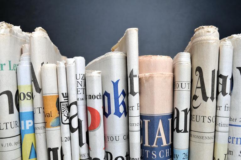 Zeitungen im Regal